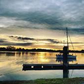 La vue du nouveau bureau à Vannes. Nous sommes ouvert jusqu'au 10 décembre il reste de la place, n'hésitez pas à réserver votre permis sur notre site en ligne. À bientôt ✌️ #jaimemonalimentation permisbateau #paris #vannes #lorient #rennes #nantes #boat #formation #sea #oceans #mer #sealovers #bzh #bretagne #bureau #noel #cadeau